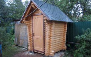 Туалет из бревна